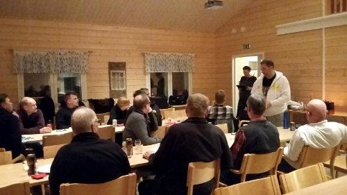 Mika pokkaa Reissulasse-kisan arvonnan palkinnon.