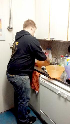 Korjaamopäällikkö Janilta hoituu myös ruuanlaitto ja keittiötyöt.