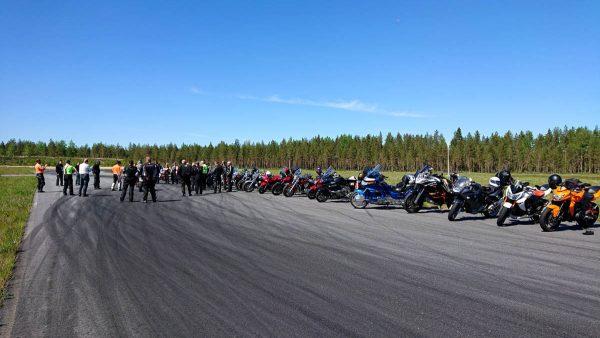 Kouluttaja Juha Vaskunlahti käy läpi rata-ajon perusteita.