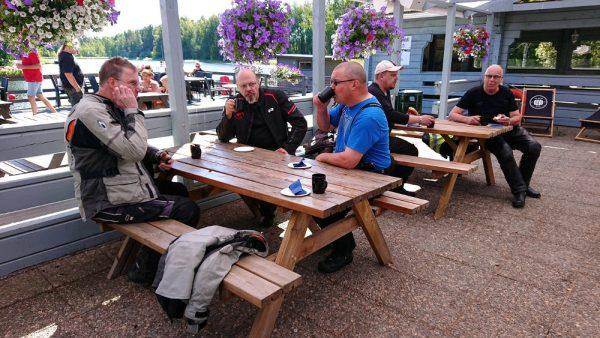 Kahvilla Turengin Kesärannassa.